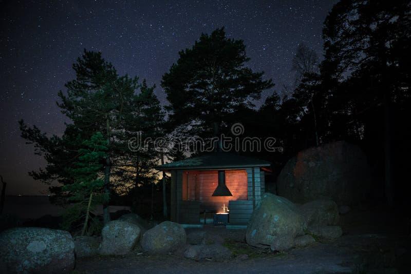 Kampieren nachts in Finnland lizenzfreies stockfoto