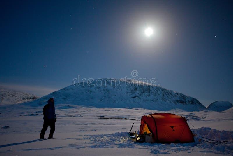Kampieren unter dem Mond auf dem Kungsleden lizenzfreies stockbild