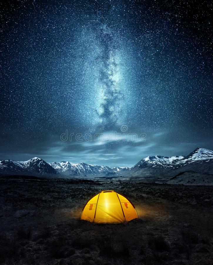Kampieren unter den Sternen lizenzfreie stockfotos