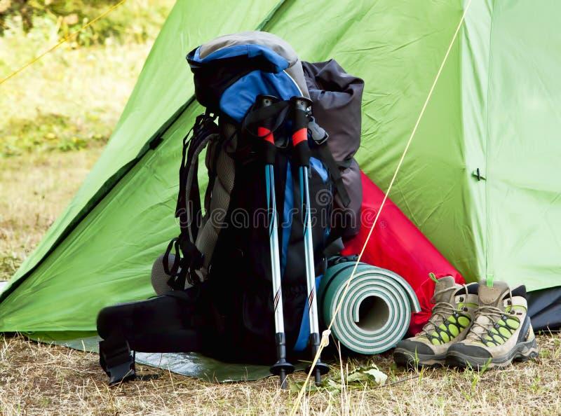 Kampierende Ausrüstung mit Rucksack und Stiefeln stockfotos