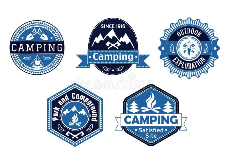 Kampierende Embleme und Aufkleber für Reisedesign lizenzfreie abbildung