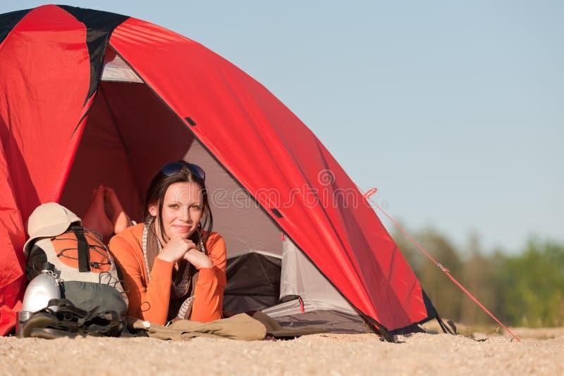 Kampierende glückliche Frau im Zelt auf Strand lizenzfreie stockfotos