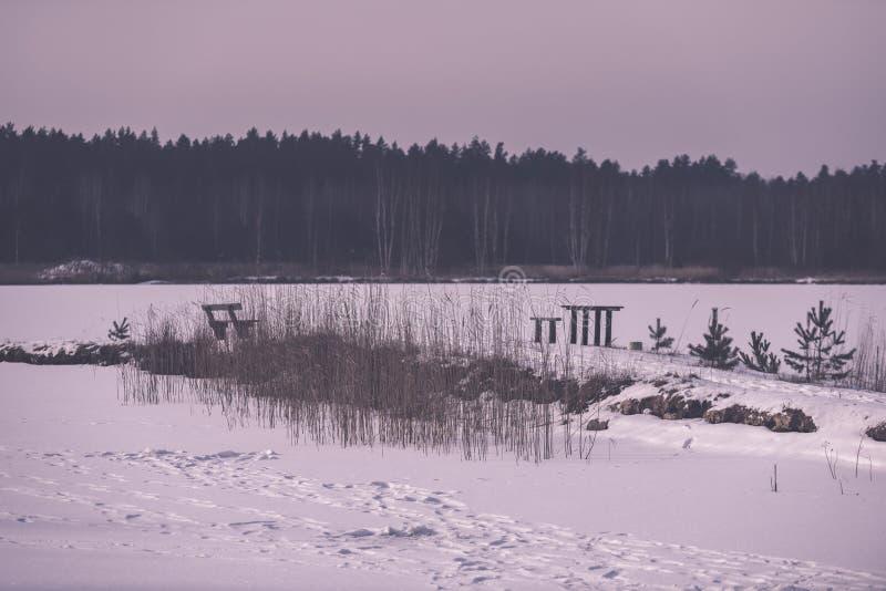 kampierender und stillstehender Bereich durch den Fluss mit Bank und Kamin - stockbilder