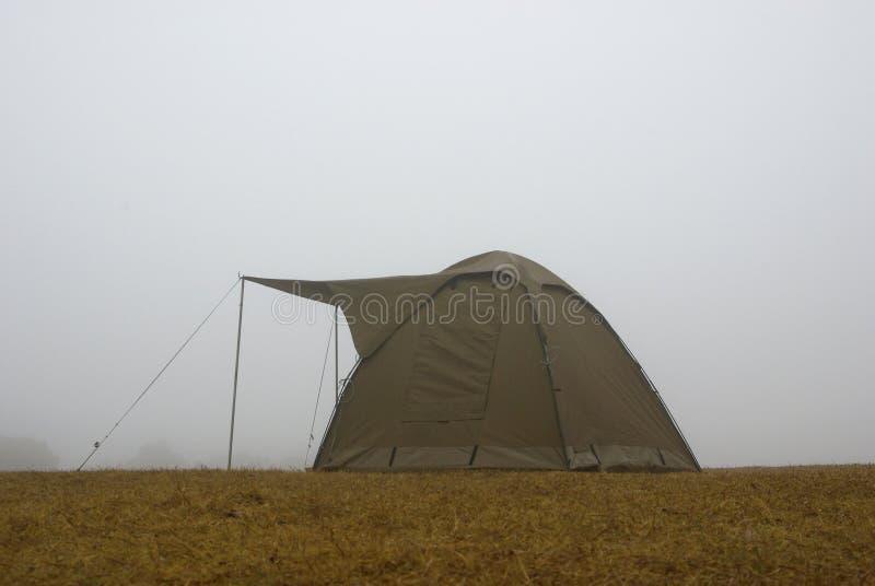 Kampierendes Zelt im Nebel lizenzfreies stockbild