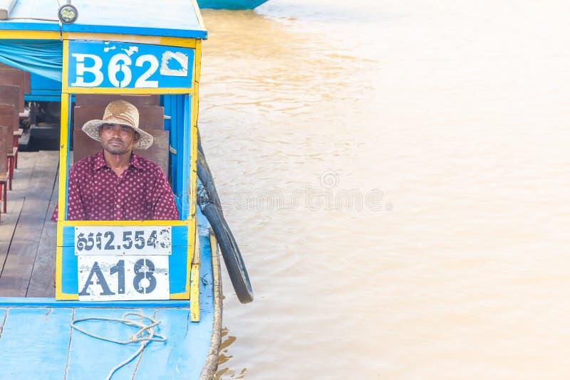 Kampong, Siem oogst, Kambodja 27 Februari, 2015: Niet gedefiniëerde boatma royalty-vrije stock afbeelding