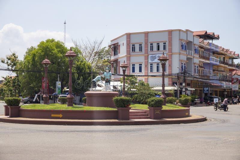 Kampot,柬埔寨- 2018年4月12日:与盐工作者纪念碑的镇视图在空的正方形 柬埔寨旅行照片 免版税图库摄影