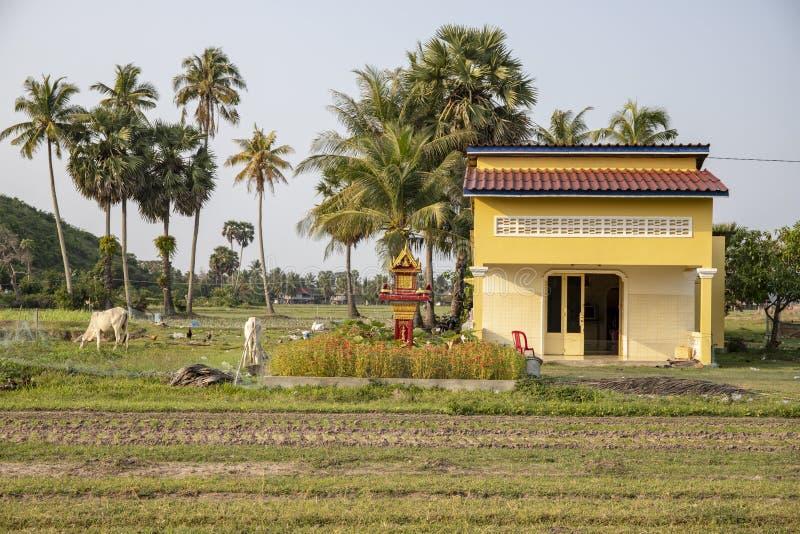 Kampot Cambodja - 12 April 2018: Byhus- och lantgårdlandskap Färgrikt bygdhus i South Asia arkivbild