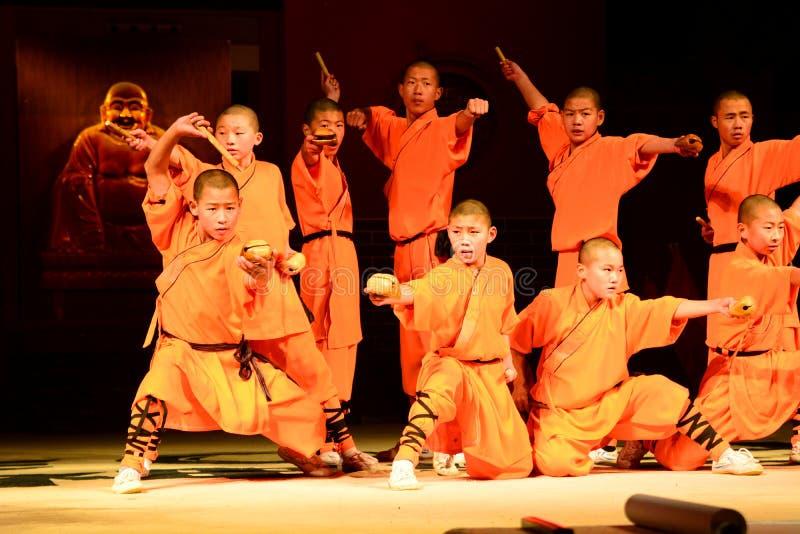 Kampsportshow Shaolin kloster Landskap för Dengfeng län, Zhengzhou, Henan Kina royaltyfria foton