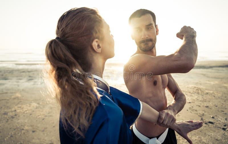 Kampsportutbildning på stranden royaltyfria bilder