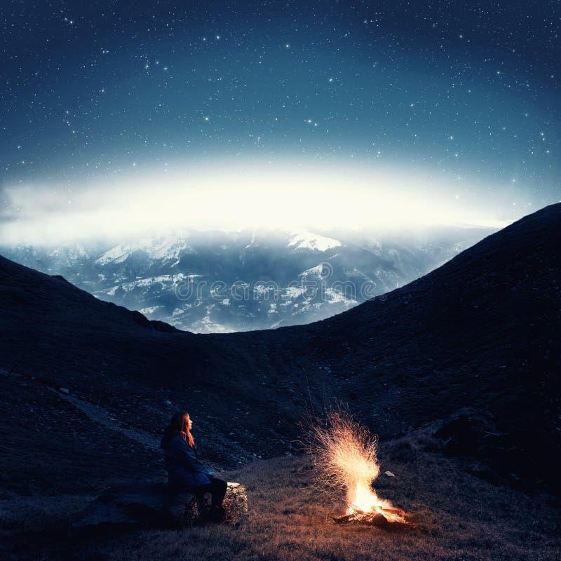 Kampvuur bij nacht stock afbeelding