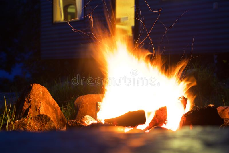 Kampvuur branden helder in de donkere nacht royalty-vrije stock fotografie
