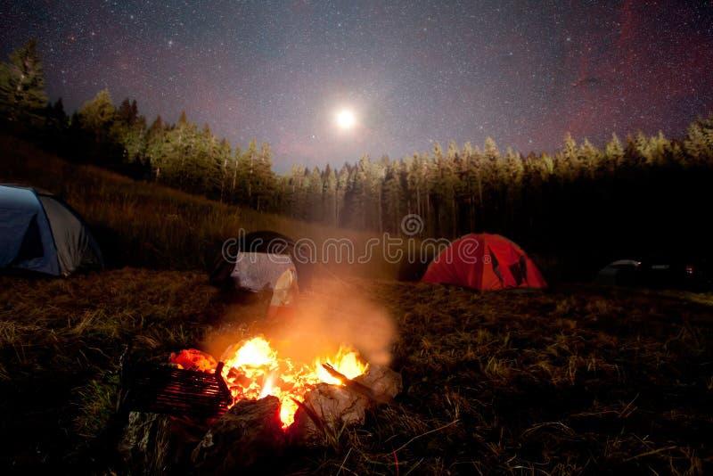 Kampvuur en tent stock foto