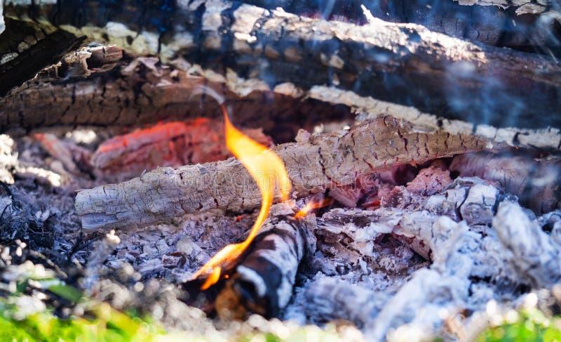 Kampvuur met het branden van brandhout, macro Gloeiende sintels die in de open haard smeulen royalty-vrije stock foto