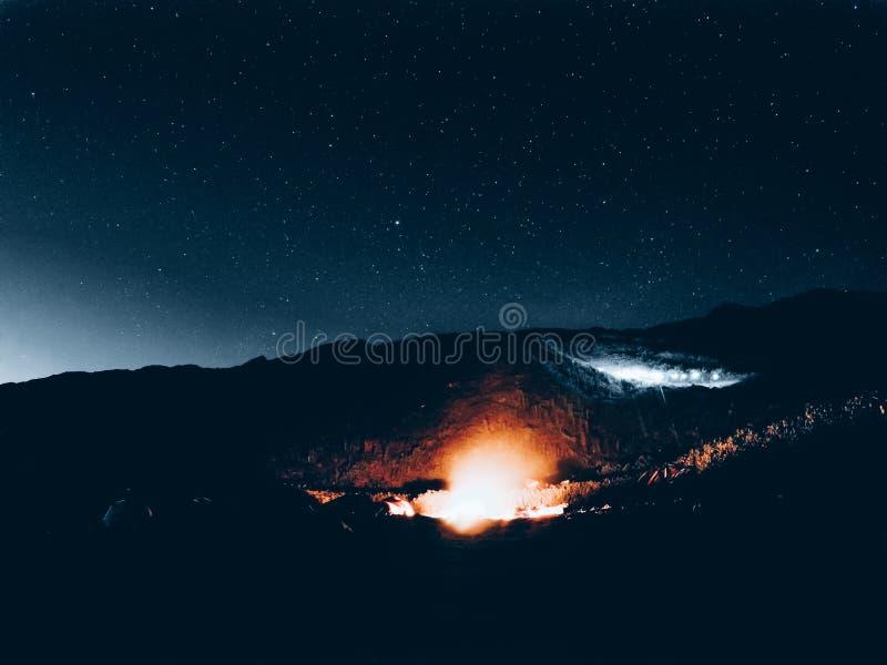 Kampvuur onder de mooie hemel met sterren bij Halve Maanbaai, Californië bij nacht royalty-vrije stock fotografie