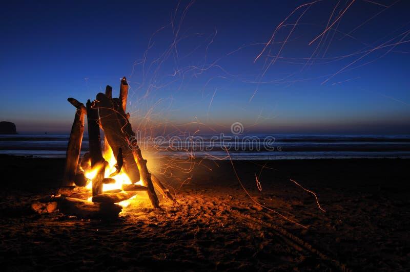 Kampvuur op het strand van shishi stock afbeeldingen