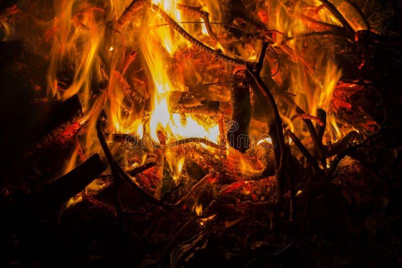 Kampvuur 2 Woedend vuur bij nacht royalty-vrije stock afbeelding