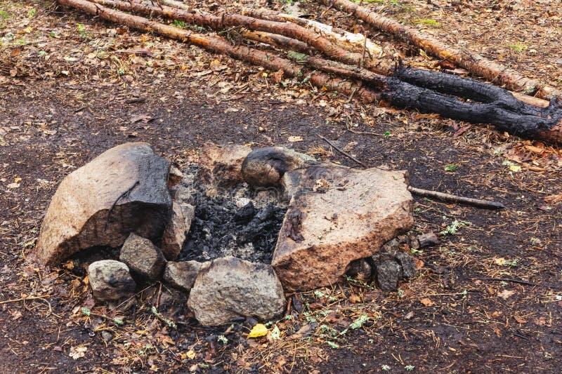 Kampvuurplaats onder stenen in het bos stock afbeelding