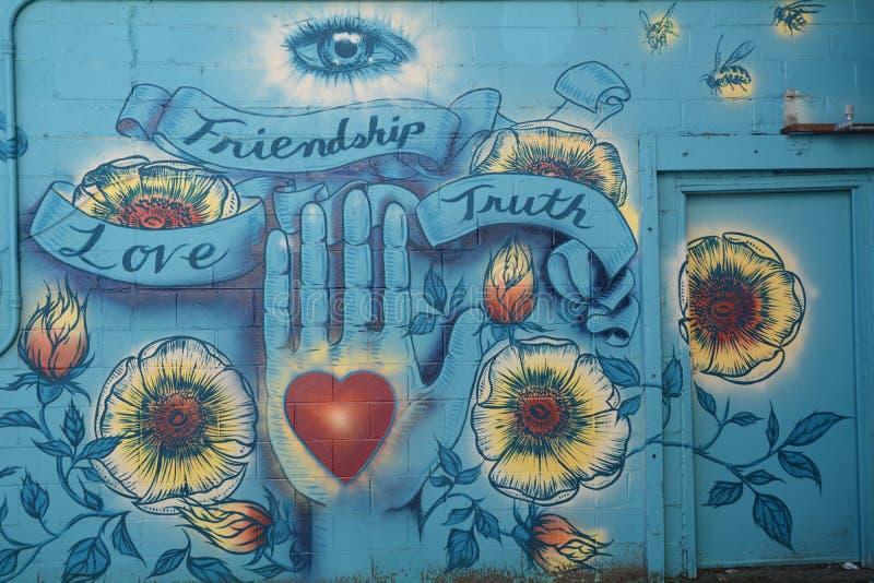 Kamratskap förälskelse, sanningsväggmålning i Corvallis, Oregon royaltyfri fotografi