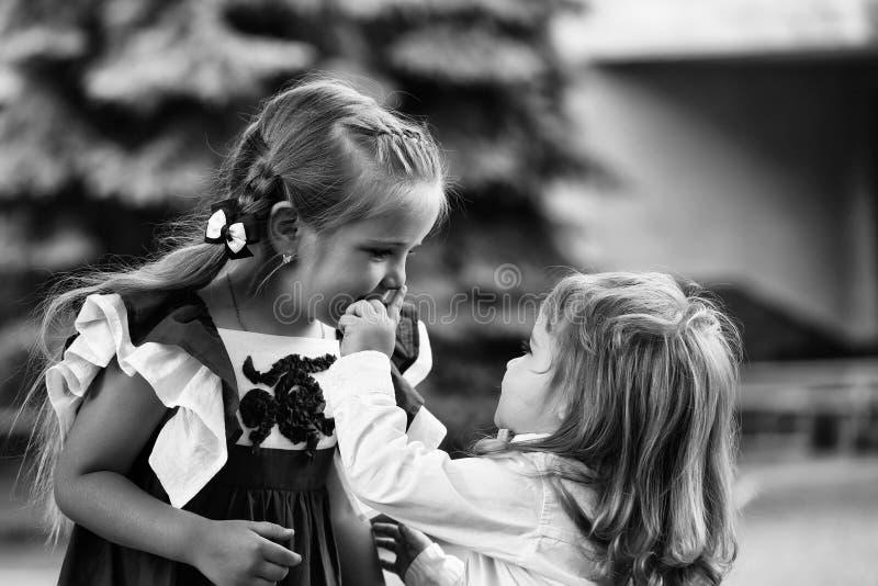 Kamratskap för barn` s Gulliga små barn royaltyfri fotografi