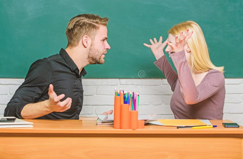 Kamratskap och f?rbindelse Kompromissl?sning H?gskolaf?rbindelse F?rbindelseklasskompisar Studenter meddelar klassrumet royaltyfria bilder