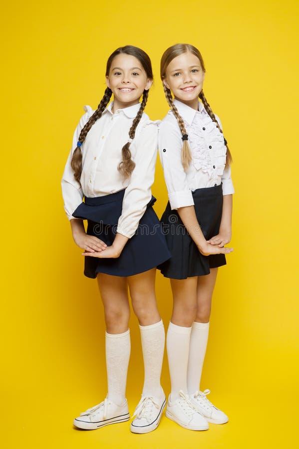 kamratskap och systerskap B?sta v?n formellt mode för unge Utbildning utomlands smarta seende barn Skolav?nner fotografering för bildbyråer