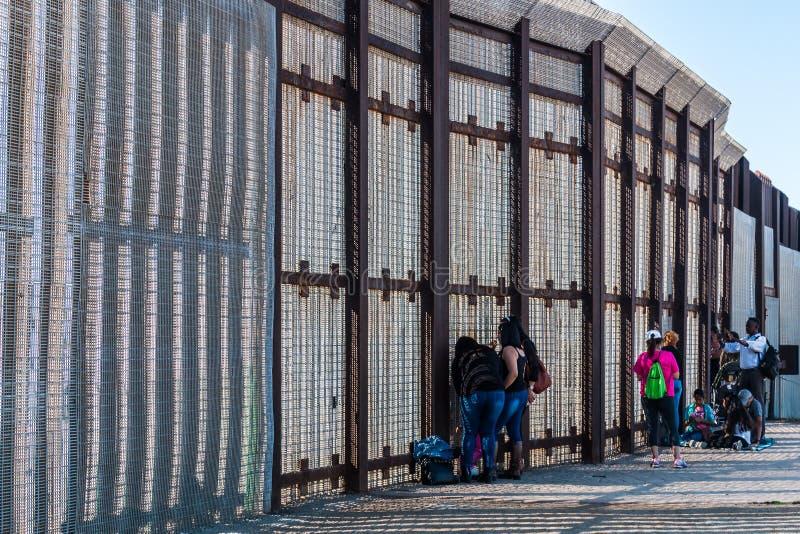 Kamratskap parkerar gränsväggen mellan San Diego och Tijuana royaltyfria foton
