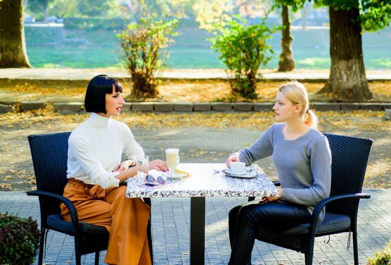 Kamratskapm?te Samhörighetskänsla och kvinnligt kamratskap Lita på henne Flickavänner dricker kaffe och tycker om samtal riktigt arkivfoto