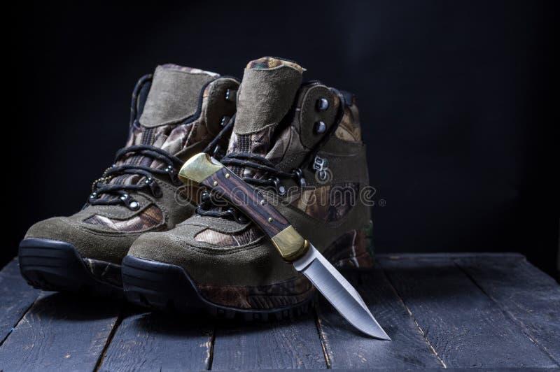 Kamufla?y buty z koronkami Wojskowych buty i n?? ?owiecki n?? na bucie ?owiecki ?ycie wci?? obraz stock