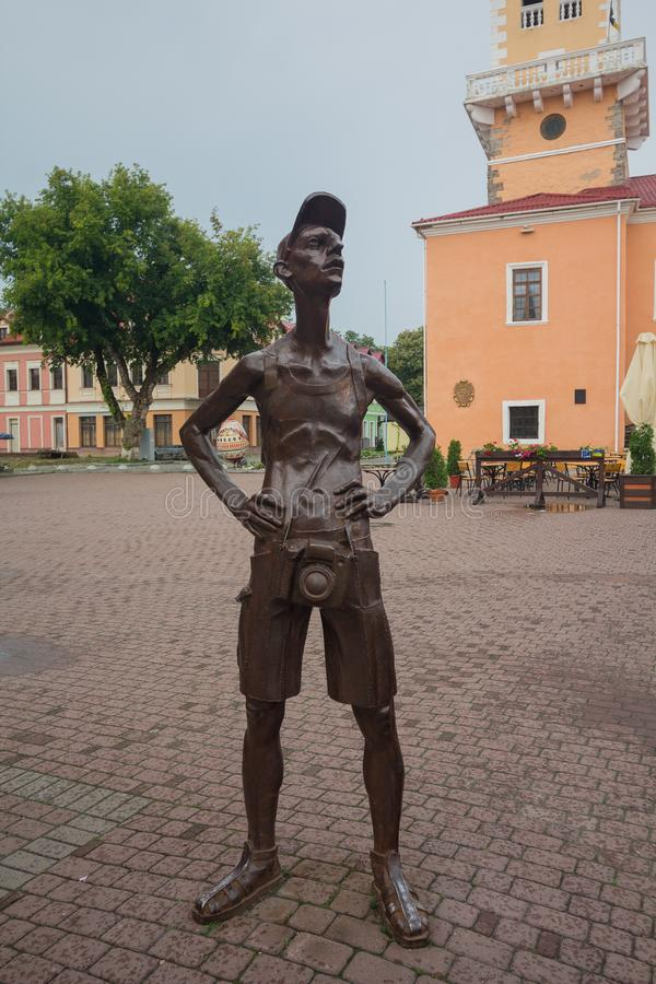 Kamyanets-Podilsky Ukraina - Juni 29, 2018: Staty av en turist med en kamera i den centrala fyrkanten arkivfoto