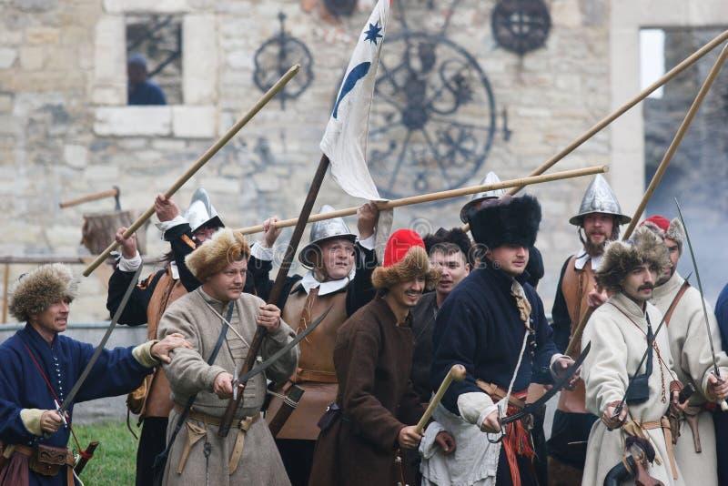 KAMYANETS-PODILSKY UKRAINA, WRZESIEŃ, - 26, 2010: Członkowie historia klub są ubranym dziejowego munduru 17 wieka podczas dziejow obrazy royalty free