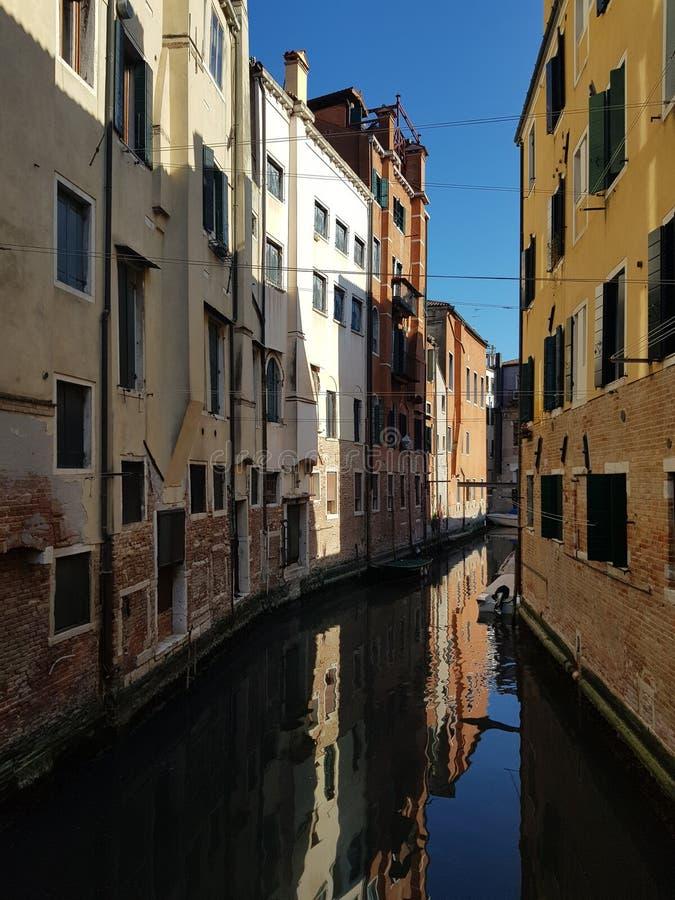 Kanäle und Gebäude in Venedig stockfotos