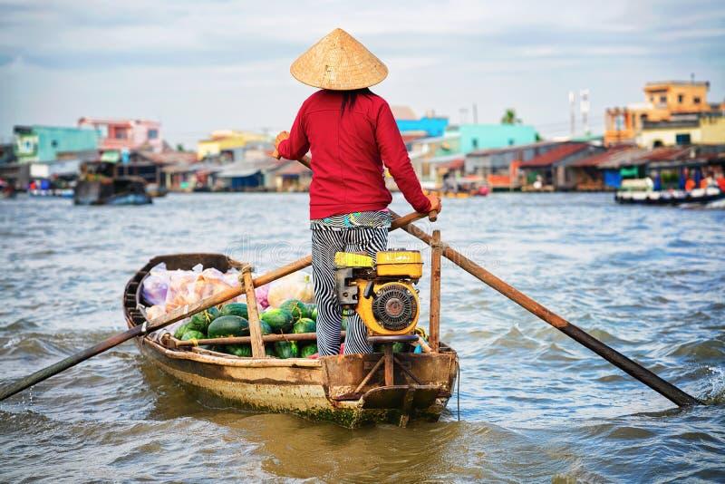 Kan de vrouwen verkopende watermeloen bij het Drijven markt in Mekong Tho stock afbeeldingen