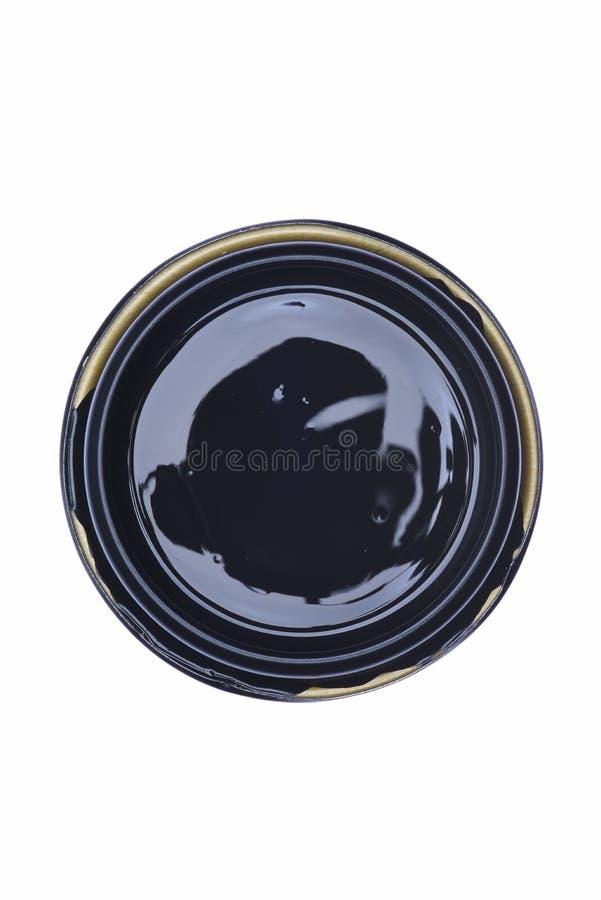 Kan deksel met zwarte die verf op witte achtergrond wordt geïsoleerd stock foto