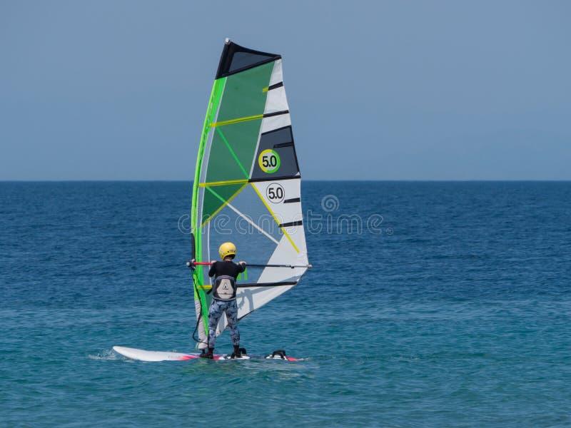 15 kan den anonyma personen 2019 f?r den Rhodes ?n med vind som surfar i det klara havet f?r det ?ppna havet royaltyfria foton
