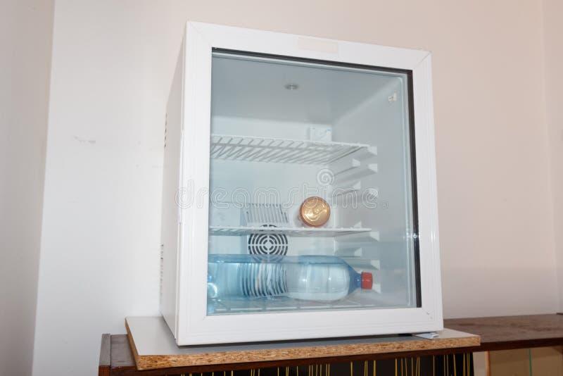 Kan en fles in een mini-koelkast water geven royalty-vrije stock afbeeldingen