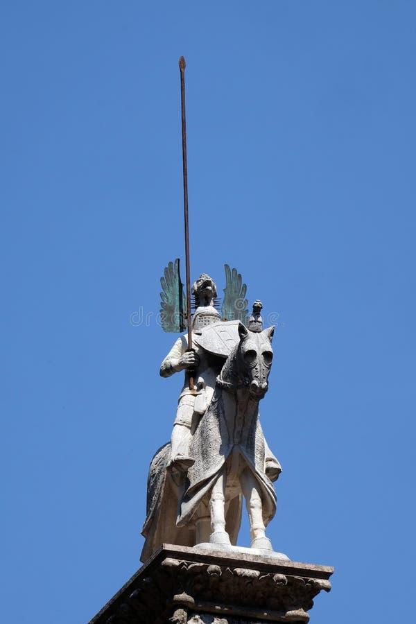 Kan Grande-della Scala, standbeeld op zijn monumentaal graf, gekend als Bak van kan Grande, Scaliger-Graven in Verona stock fotografie