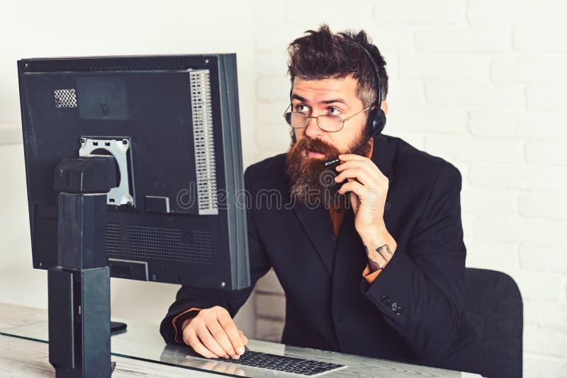 Kan ik u helpen Antwoordend de vraag van klanten Call centreexploitant op het werk Gebaarde mens die in bureau werken Mens stock afbeelding