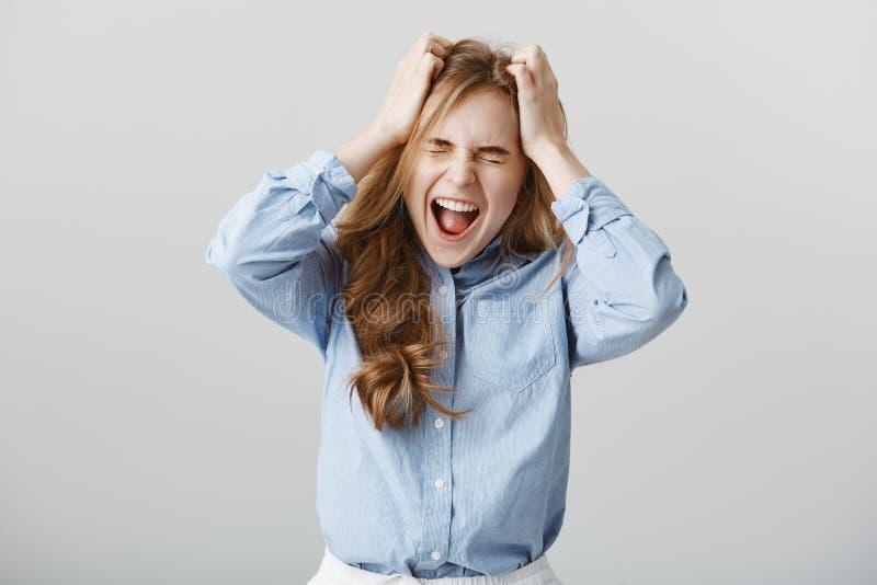 Kan inte behandla tryck mer Tensed matade upp den europeiska kvinnliga modellen i den industri- skjortan som skriker eller skrike royaltyfria bilder