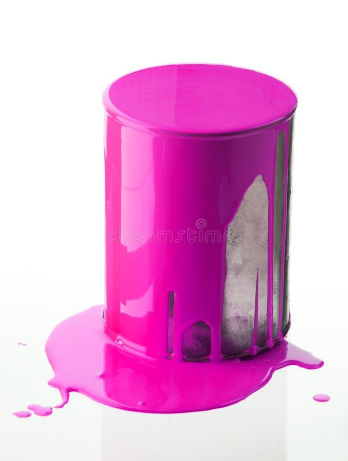 Kan met roze schilderen stock foto