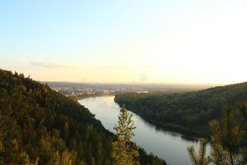 Kan River fluye cerca de la ciudad Zelenogorsk, región de Krasnoyarsk fotografía de archivo