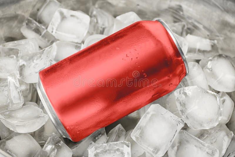 Kan van bier in ijsblokjes stock fotografie