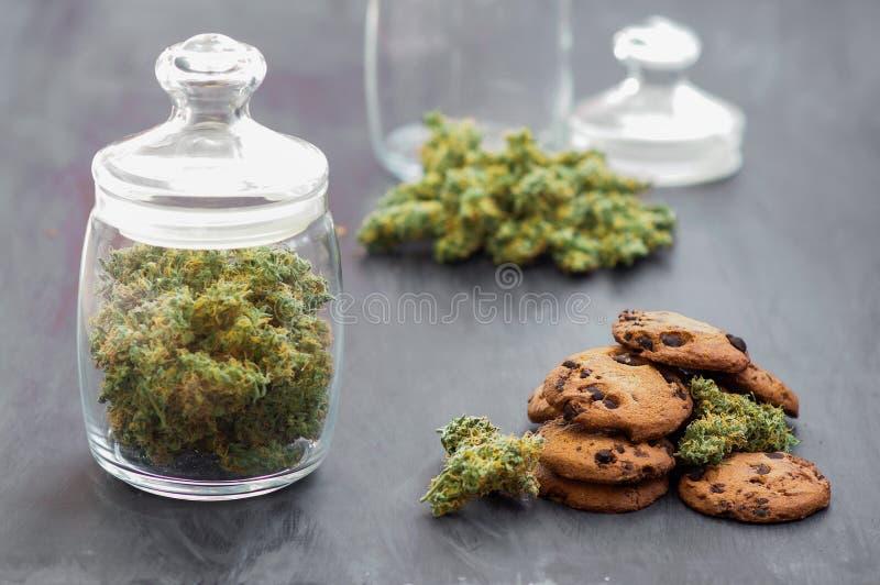 A kan van de Koekjes van cannabisknoppen met cannabis en knoppen van marihuana op de lijst Concept het koken met cannabiskruid stock foto
