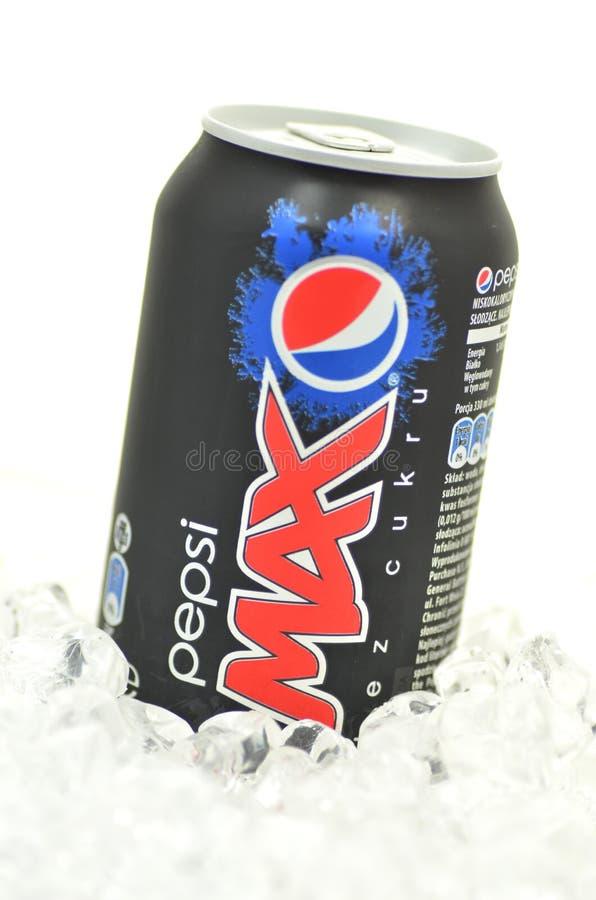 Kan van de Maximum drank van Pepsi op ijs stock foto's