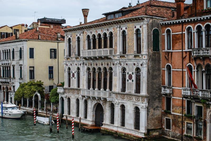 Kanałów boczni budynki wzdłuż Grand Canal, Wenecja, Włochy obraz stock