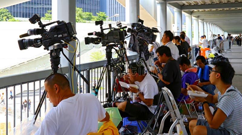 Kanałów telewizyjnych reportery przy admiralicją, Hong kong fotografia stock