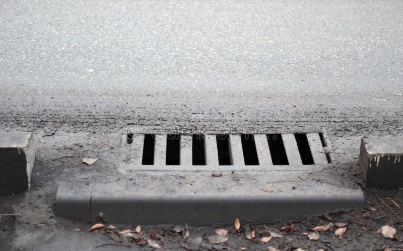 Kanał ściekowy footpath Stormwater ulicy odciek zdjęcie stock