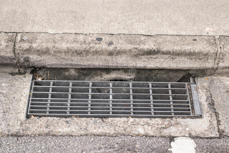 Kanał ściekowy kratownicy woda i deszczu odciek obrazy royalty free