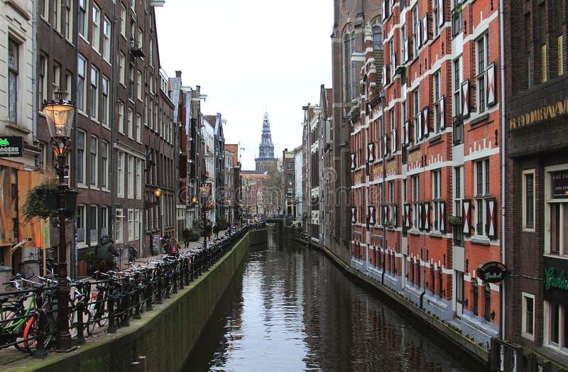 Kanał, śluza i rowery w Amsterdam, holandie obrazy stock