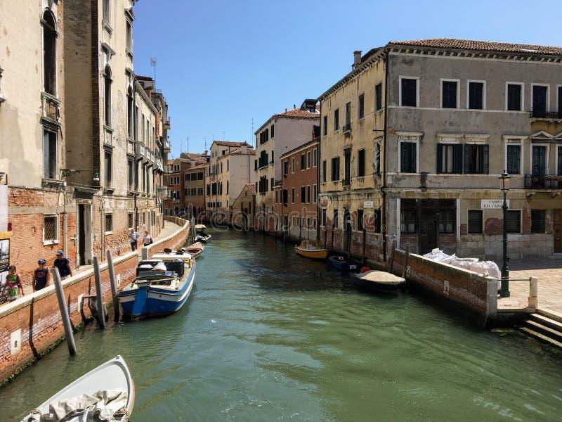 Kanał w Wenecja, Włochy na spokojnym lato ranku Łodzie wykładają stronę kanał z niewiele ludymi chodzi obok kanału obrazy royalty free