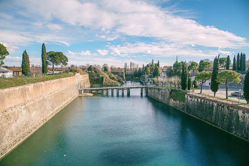 Kanał wokoło miasta Peschiera Del Garda obraz stock